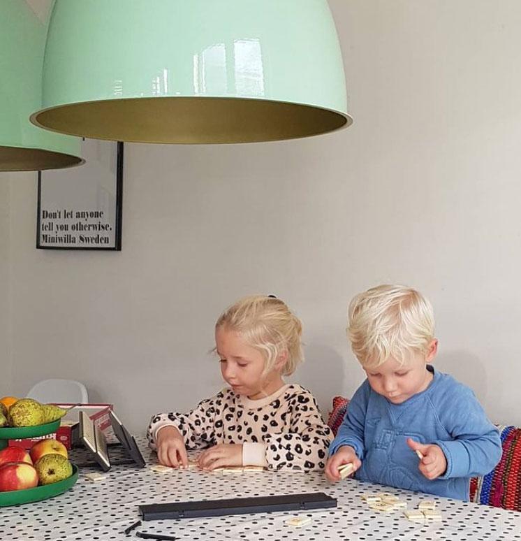 Kinderen spelen tafelzeil